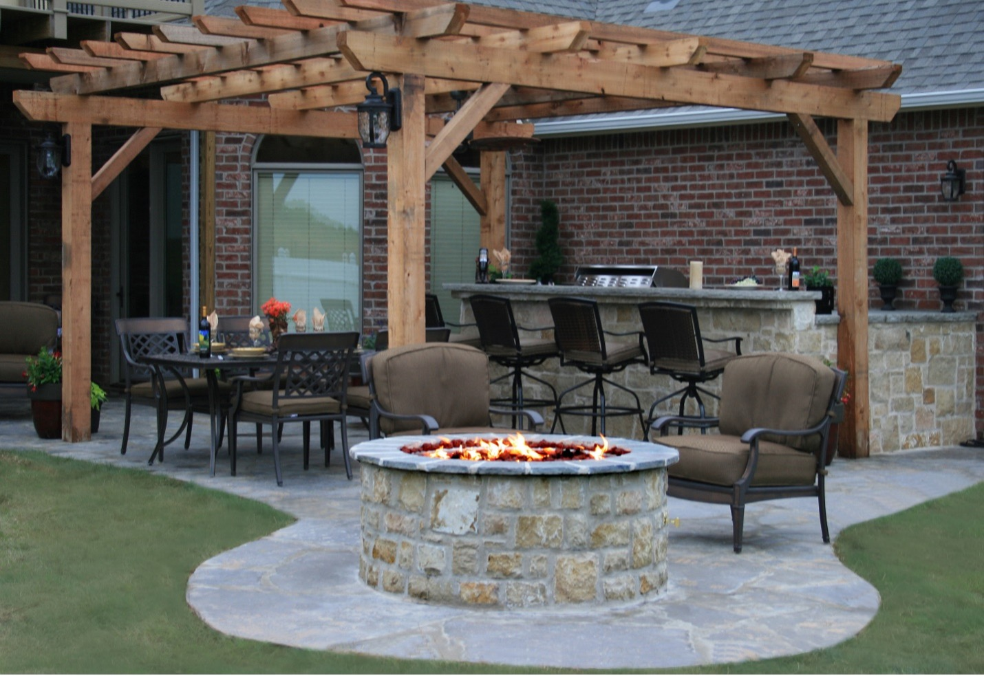 Dining, Bar & Fire Pit -